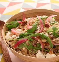 Salade de quinoa à la roquette, féta et noisettes