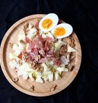 Salade d'endive, pomme, jambon sec, oeuf dur & noix