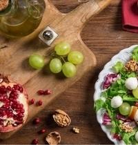 Salade hivernale à la mozzarella, poire, raisin, grenade et noix
