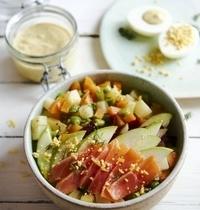 Salade macédoine saumon-pomme, sauce à l'œuf