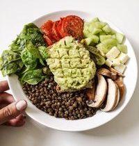 Salade Toast d'Avocat, Lentilles, Concombre, Brebis & Légumes Rôtis