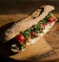Sandwich fromage de chèvre, bacon, tomate, miel et cressonnette