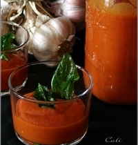Soupe Froide de Tomates Rôties à l'Ail & Chips de Basilic
