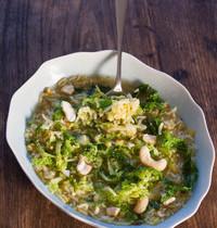 Soupe Kitchari, chou vert et noix de cajou
