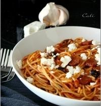 Spaghetti Epicés à la Merguez, Olives Noires & Feta