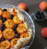 Tarte aux abricots et mûres