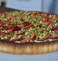 Strawberry-pistachio cream pie
