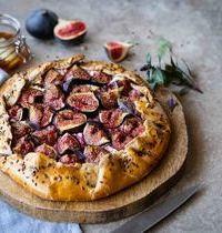 Tarte rustique aux figues, chèvre frais & oignons confits