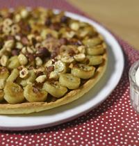 Tarte sablée au chocolat, bananes caramélisées et noisettes torréfiées