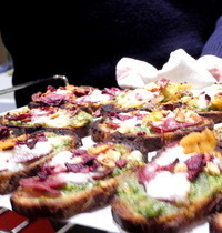 Tartines chaudes au pesto de roquette, canard mozza et chips de légumes