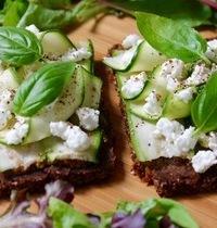 Tartines de seigle au pesto rosso, tagliatelles de courgette, chèvre frais & basilic – Sans gluten