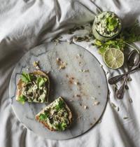 Toast au guacamole revisité, graines et coriandre