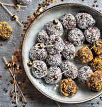 Truffes au chocolat, noix de coco râpée et éclats de pistaches