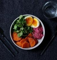 Veggie bowl : patate douce, mâche, crème de betterave et oeuf mollet