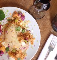 """Volaille pochée """"pattes bleues"""" de l'orléans, chou-fleur en purée, d'autre à la grecque, sauce suprême, poudre pain-citron de Marc Favier / Bouillon"""