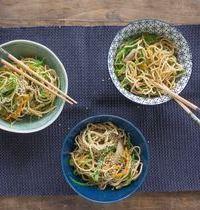 Wok de nouilles aux légumes de printemps